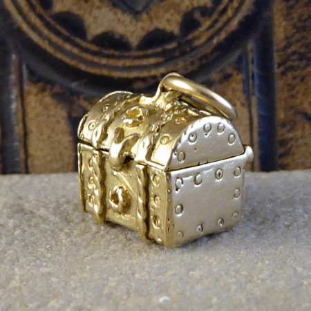 vintage treasure chest charm set in 9ct gold